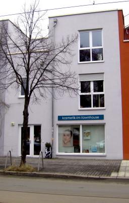 Salon von der Straße aus - ganzes Haus im Bild