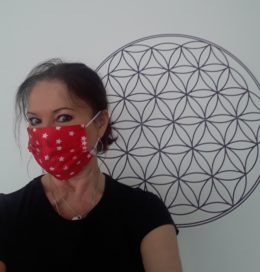Frau Sandmann mit Atemschutzmaske